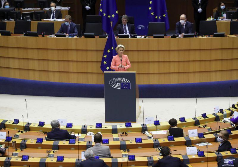 La presidenta de la Comisión Europea, Ursula von der Leyen, en su primer discurso sobre el Estado de la Unión Europea durante una sesión plenaria del Parlamento Europeo en Bruselas, Bélgica, el 16 de septiembre de 2020. REUTERS/Yves Herman