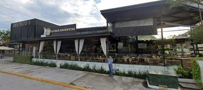El ex gobernador se encontraba conviviendo con dos hombres y una mujer en el restaurante bar de Puerto Vallarta (Foto: Captura de Pantalla/Google Maps)