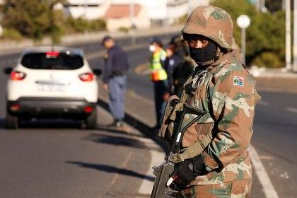 Un soldado durante un control en Sudáfrica (REUTERS/Mike Hutchings)