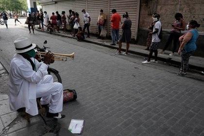 Personas esperan para poder comprar comida en La Haban, Cuba (REUTERS/Alexandre Meneghini)