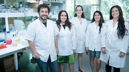 Cassataro junto a su equipo científico en el laboratorio