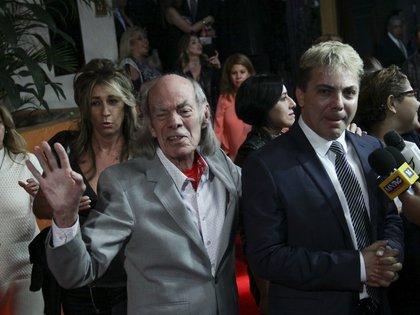 """Manuel """"El Loco"""" Valdés y su hijo Christian Castro previo a la función de la obra de teatro """"Aplausos"""" (Foto: Antonio Cruz/Cuartoscuro)"""
