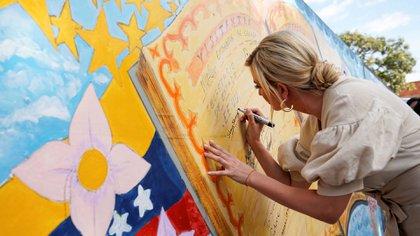 La hija de Donald Trump dejó un mensaje en el mural del refugio (Reuters)
