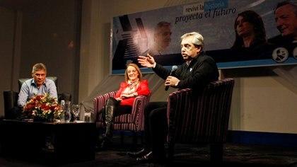 Alberto Fernández junto al vice gobernador Pablo González y la gobernadora de Santa Cruz, Alicia Kirchner