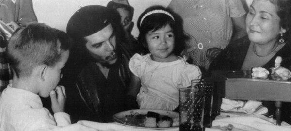 El Che junto a su hija mayor, Hilda, el día de su cumpleaños