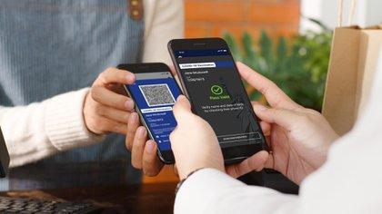 Las personas reciben un pase digital con un código QR seguro, que pueden imprimir o almacenar en sus teléfonos inteligentes (Estado de Nueva York)
