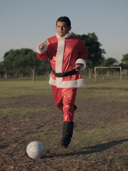 Pulga Rodríguez, vestido de Papá Noel, jugó a la pelota