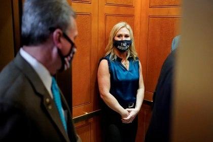 La representante Marjorie Taylor Greene se marcha después de una reunión en la Cámara de Representantes en el Capitolio de Washington.    REUTERS/Joshua Roberts