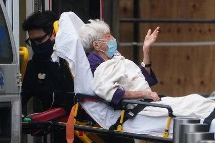 Una paciente es trasladada a un hospital en Nueva York (Reuters)