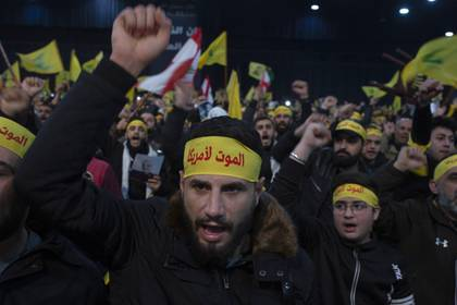 ARCHIVO – En esta fotografía de archivo del 5 de enero de 2020, simpatizantes corean lemas antes de un discurso televisado del dirigente de Hezbollah, Sayyed Hassan Nasrallah, en un suburbio al sur de Beirut, en Líbano. (AP Foto/Maya Alleruzzo, Archivo)