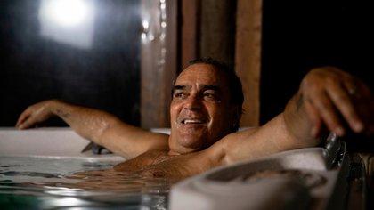 Luis Mario Vitette Sellanes en el sauna de su hotel en Uruguay. Espera que su libro