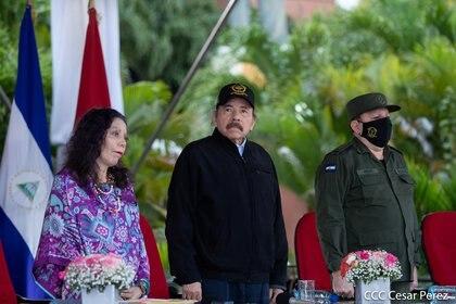 La vicepresidenta de Nicaragua, Rosario Murillo, el mandatario Daniel Ortega, y el Jefe del Ejército, el General Julio César Avilés Castillo, en una ceremonia en Managua el 2 de septiembre de 2020 (REUTERS)