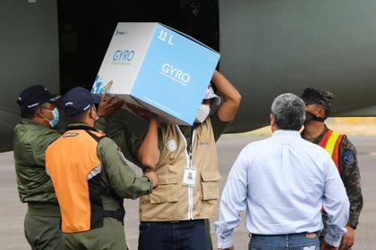 Trabajadores descargan dosis de la vacuna de Moderna donada por Israel. Foto: REUTERS/Stringer