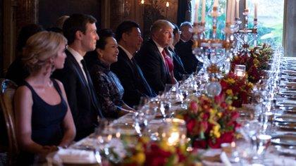 Los Presidentes y sus esposas se acomodaron en el mismo lado de la mesa (AFP)
