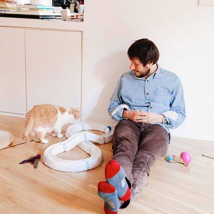 """El departamento de Pedro Zuazua se convirtió en un hogar con la llegada de Mía. """"Los gatos hacen hogar"""", asegura.(@enmicasanoentraungato)"""