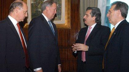 Thomas Shannon conversa con Alberto Fernández, Héctor Timerman y John Wayne (embajador norteamericano) en un encuentro diplomático durante la administración kirchnerista