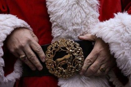 Dana Friedman ajusta la hebilla de su cinturón de reno personalizada, en Brooklyn, Nueva York (REUTERS/Caitlin Ochs)