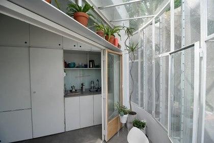 La incorporación de cerramientos espaciados ofrece un dispositivo nuevo, un diafragma capaz de expandir el uso del apartamento en verano y contraerlo en invierno