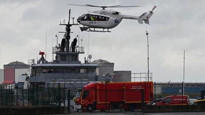 Esta fotografía tomada el 27 de octubre de 2020 muestra un helicóptero del SAMU (Servicio Francés de Ayuda Médica Urgente) aterrizando en el puerto de Dunkerque, en el norte de Francia, después de que una pequeña embarcación que transportaba migrantes se hundiera cuando intentaban llegar al Reino Unido (Foto de Denis CHARLET / AFP)