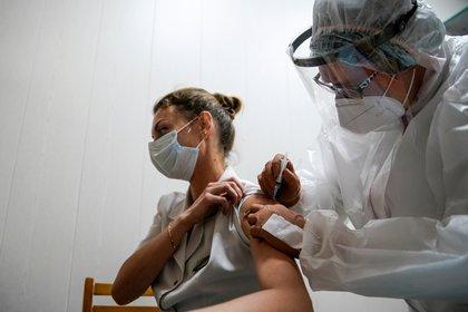 """Foto de archivo: recibe una receta en un hospital regional ruso en Tver  """"Sputnik-V"""" Vacuna contra el nuevo virus corona en Tver, Rusia, el 12 de octubre de 2020.  REUTERS / Tatyana Makeyeva / Foto de archivo"""
