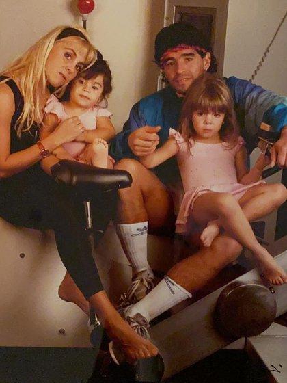 Claudia Villafañe y Diego Maradona a principios de los 90, con sus hijas: Gianinna y Dalma