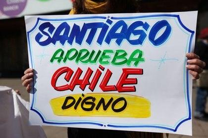Una mujer sostiene una pancarta de apoyo a la redacción de una nueva Constitución durante una marcha en Santiago