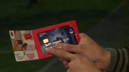 Le criminel a offert de gros avantages à un client pour échanger sa carte de crédit et plus tard l'arnaquer.  Crédit: Caracol News