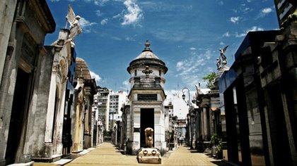 Hace 197 años y en un barrio de prosapia, Recoleta, alza su silencio y sus casi increíbles monumentos funerarios –arte mortuorio de raíces italianas– el cementerio de la Recoleta