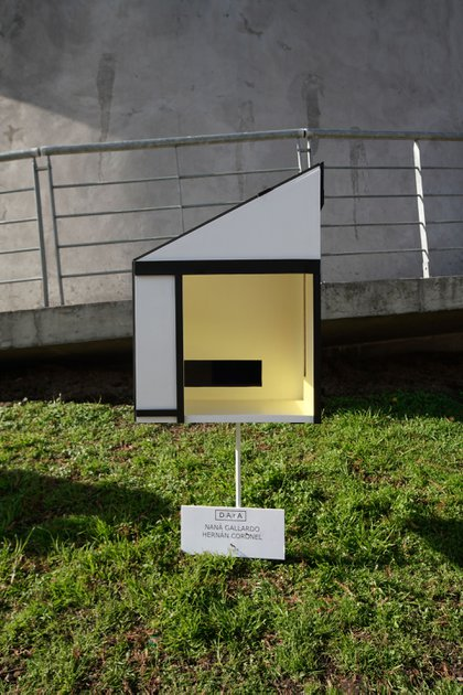 """""""Pet House"""", por Nana Polesello y Hernán Coronel. """"La idea era salir de la tradicional forma de cucha de perros y volar con la imaginación. No solo lo visual sino lo conceptual. Le dimos la estructura de la obra de Mondrian y los materiales son madera y acrílicos que además nos permitieron incorporar la luz de un modo escultórico donde la luz natural o artificial genera situaciones visuales que la convierten en una cucha muy especial"""", detallaron los artistas"""