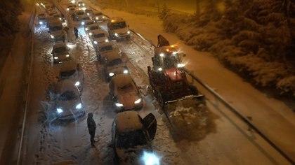 Una carretera colapsada (OSCAR DEL POZO / AFP)