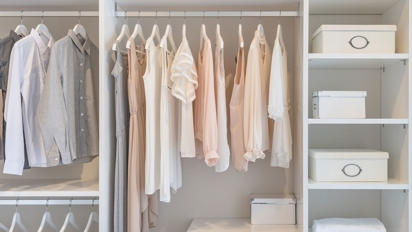 Tener la mayor cantidad de prendas superiores posibles colgadas es una manera de mantener el orden y ver lo que se tiene (Getty Images)