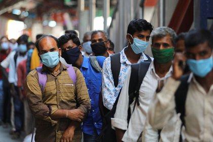 Transeúntes en Nueva Delhi (Reuters)