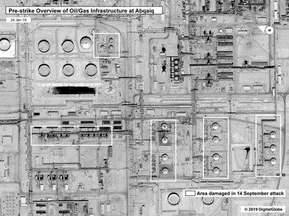 La vista de las instalaciones antes del ataque, con las áreas dañadas en el ataque del 14 de septiembre marcadas con recuadros blancos (AP)