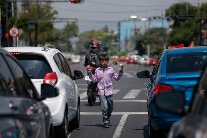 La presión para reactivar la economía ha provocado el levantamiento de restricciones en pleno color rojo del semáforo epidemiológico (Foto: EFE)