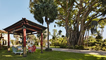 """The imposing garden of Faena's house in Miami Beach, the famous """"Villa Crono"""" who bought it in 2014 and according to what he said he spent many millions of dollars to be able to set it in his own style (Photos by Benjamin Lozovsky and David Prutting for BFA)"""