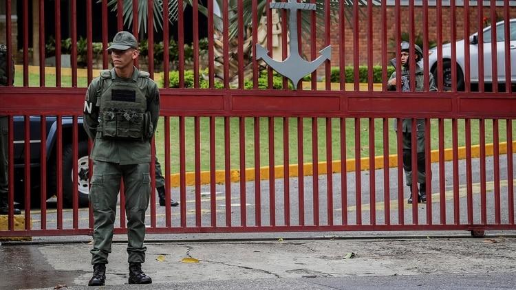 Militares custodian la entrada del Comando General de la Armada Bolivariana este lunes en Caracas (EFE/ Rayner Peña R.)