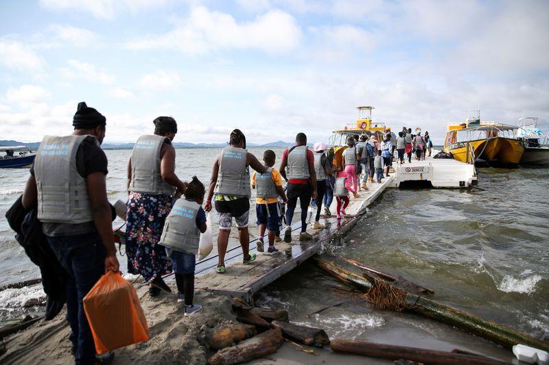 Migrantes, en su mayoría haitianos, esperan para abordar botes con destino a Acandí, Colombia para luego cruzar a Panamá y continuar hacia Norteamérica, en Necoclí, Colombia, 23 de septiembre, 2021. REUTERS/Luisa González