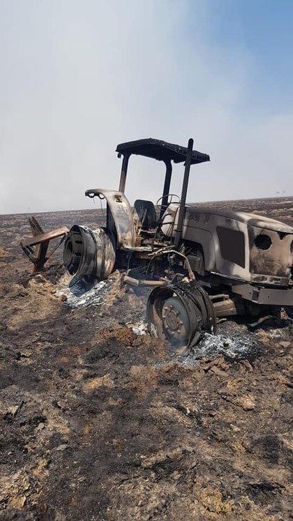 Un tractor incinerado por el fuego que consumió 90% del campo de Muchutti