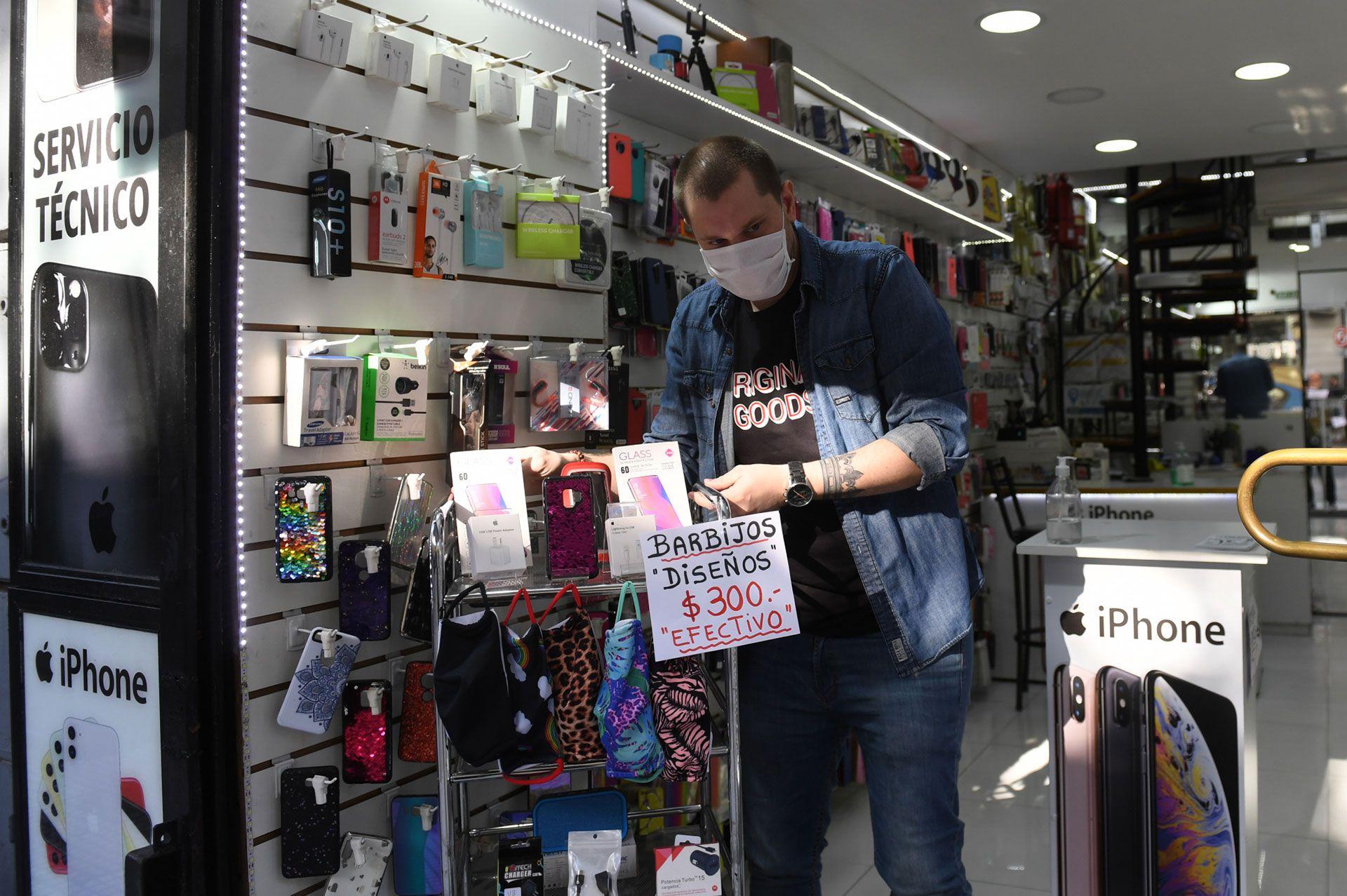 Algunos locales también sumaron la venta de barbijos para atraer clientes