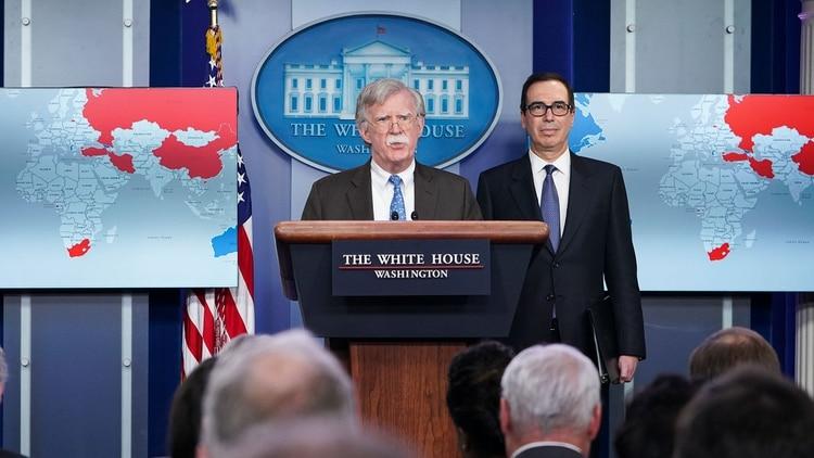 El asesor de Seguridad Nacional de la Casa Blanca, John Bolton, y Steven Mnuchin, secretario del Tesoroanunciaron semanas atrás sanciones contra el régimen de Maduro(AFP)