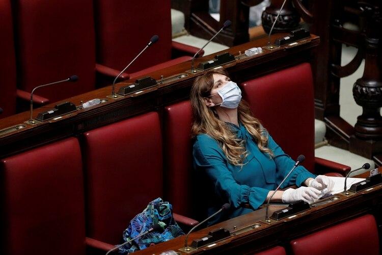 Una congresista italiana, con mascarilla y guantes (Reuters)