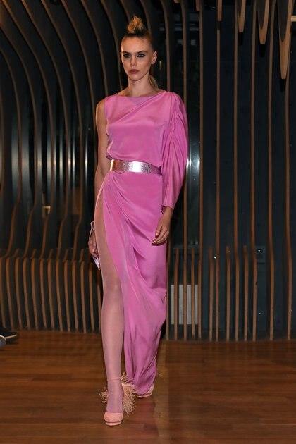 De un solo brazo y escote a la base. Con un súper tajo, fue el vestido de noche en color rosa que más impactó en la noche de Zitta. Completó el look con faja metalizada en la cintura