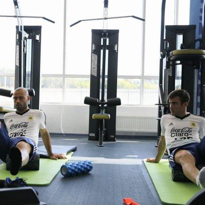 Javier Mascherano y Nicolás Tagliafico trabajaron en el gimnasio (@Argentina)