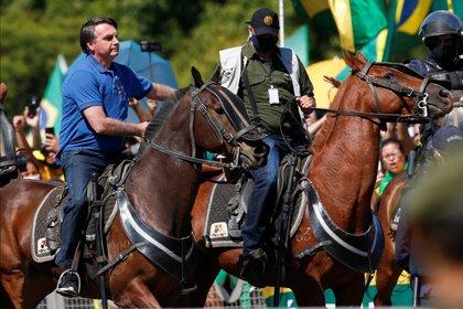 El presidente de Brasil, Jair Bolsonaro, monta un caballo durante una manifestación de sus partidarios, en medio del brote de coronavirus, en Brasilia, Mayo 31, 2020. REUTERS/Ueslei Marcelino