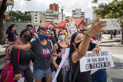 Un grupo de mujeres participa en una protesta contra la violencia machista el 21 de noviembre de 2020 en Caracas (EFE/ Miguel Gutierrez)