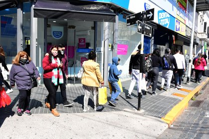 Las filas en las paradas de colectivos son puntos de aglomeración de peatones. Prácticamente no se respeta el espacio entre las personas