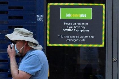 Una persona pasa por una oficina de Job Centre Plus en Londres, Reino Unido, el 11 de agosto de 2020. REUTERS/Toby Melville