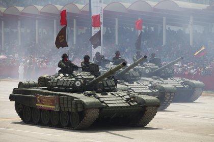 Tanques T-71B1 en una desfile en Caracas. Estos vehículos fueron comprados usados y no están en las mejores condiciones (Cancilleria Ecuador)