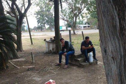 Mauro Ledesma junto a otro de los formoseños varados, en una especie de campamento que armaron en el límite de Santa Fe con Chaco