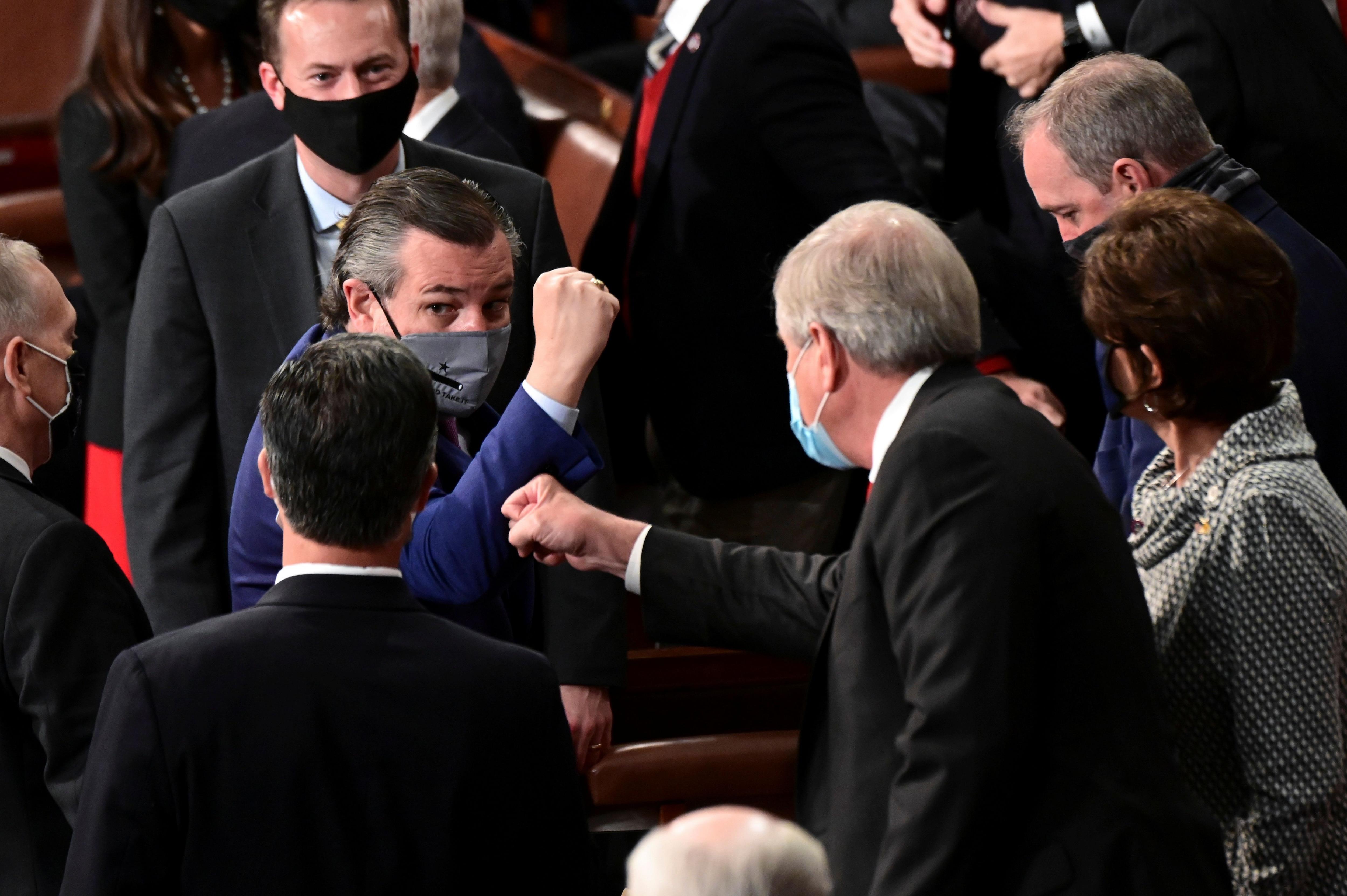 El senador,Ted Cruz, republicano por Texas cruza saludos con sus compañeros de bancada. Texas es uno de los 43 estados donde se intenta restringir el voto de las minorías. Erin Scott/Pool via REUTERS